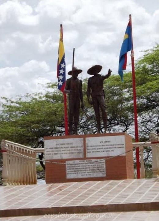 Grupo escultórico con las estatuas de José Caridad González y José Leonardo Chirino. Foto: Carlos E. Pérez, Panoramio.