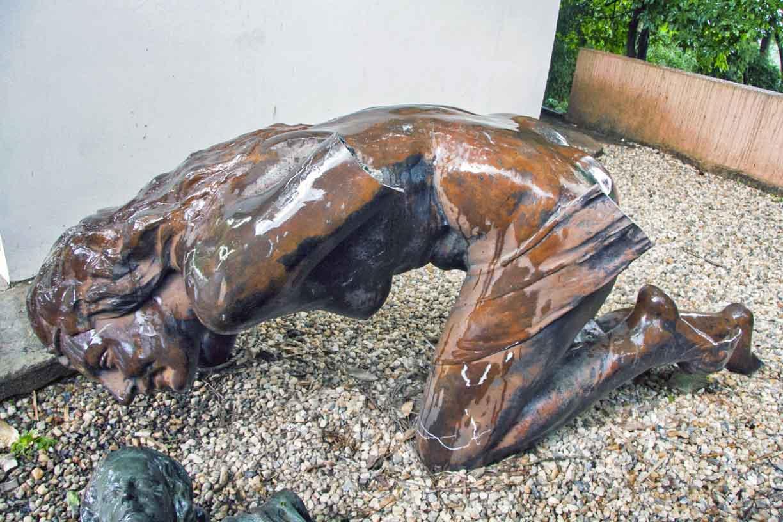 La Bacante de Andrés Pérez Mujica mutilada, resguardada en el Zoo Aquarium de Valencia.