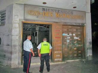 Policías se apostaron para resguardar la puerta que quedaba. Foto David Moreno, noticiaaldia.