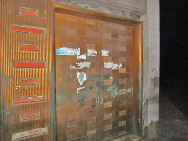 La puerta del antiguo Banco de Maracaibo, que se robaron en septiembre de 2017. Foto David Moreno, Noticiaaldia, 12 de septiembre de 2017.