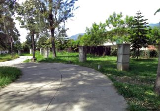 Algunos de los pedestales de los 19 que quedaron sin los bustos que sostenían en el parque de Los Escritores Merideños. Mérida, Venezuela. Foto Samuel Hurtado Camargo, 2017.