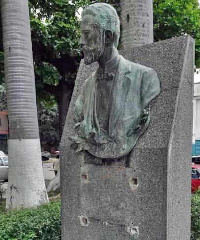Busto Michelena sin la placa, en la plaza del antiguo Ateneo de Valencia. Estado Carabobo, Venezuela. Foto Lizett Álvarez, julio de 2018.