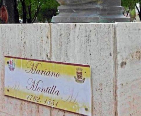 Carteles de acrilico sustituyeron las placas de bronce en la plaza binacional La Confraternidad. Foto IAM Venezuela, julio 2018.