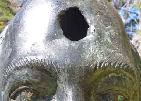Detalle de la perforación en la frente de la escultura de José Vicente Nucete. Parque El Rincón de los Poetas, Mérida, Venezuela. Foto Marinela Araque, noviembre 2017.