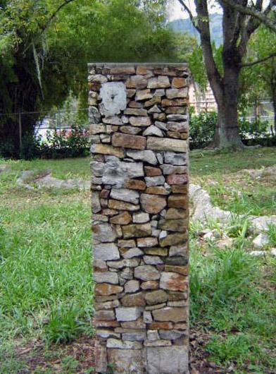 En un pedestal como este estaba el busto de José Berti, en el parque de Los Escritores Merideños. Foto Samuel Hurtado Camargo / archivo IAM Venezuela, 2005.