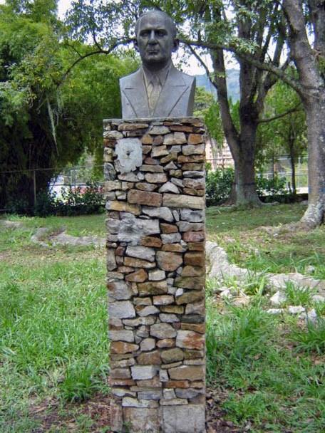 El busto a Carracciolo Parra Pérez fue inaugurado el 16 de septiembre de 1966. Foto: Samuel Hurtado Camargo, 30 de octubre de 2005.