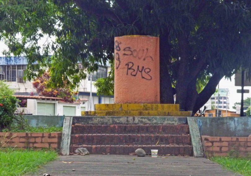 Pedestal sin el busto de José de la Cruz Carrillo, en el parque Los Trujillanos, de Barinas. Foto Marinela Araque / archivo IAM Venezuela, 2017.