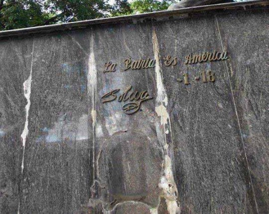 Estas letras se las robaron del pedestal de la estatua de El Libertador en la plaza Bolívar de San Antonio del Táchira. Foto Jose G. Hernández / archivo IAM Venezuela, 2017.