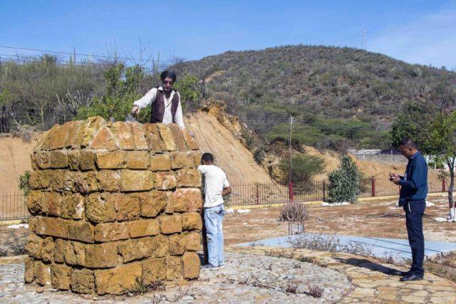 Policias inspeccionan el sitio del robo de la estatua de José Leonardo Chirino, en la sierra de Coro - Falcón. Foto Jesús Romero / archivo IAM Venezuela, agosto 2018.