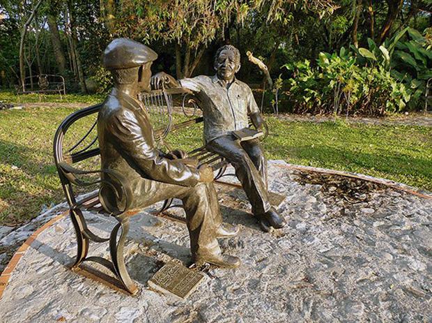 """""""La conversación"""" es un monumento tributa a Gabriel García Márquez y Tulio Febres Cordero. Foto Jesús Araque, 2009."""