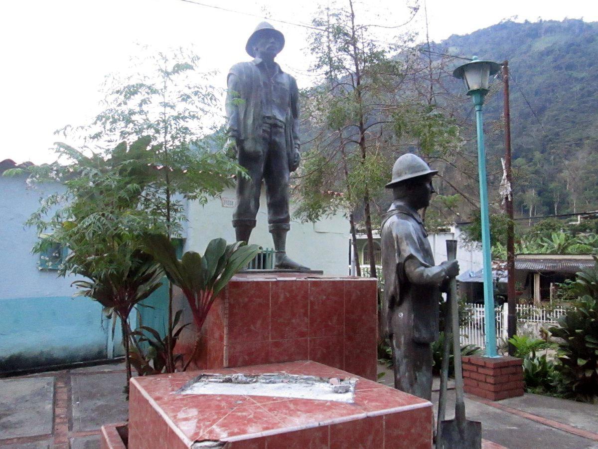 El vandalizado monumento a Los Primeros Pobladores de Zea, Mérida Venezuela. Foto TW @AdanContreras2.