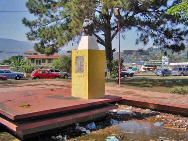 En 2006 robaron la placa conmemorativa del monumento a Humboldt. Mérida, Venezuela. Foto Samuel Hurtado Camargo / archivo IAM Venezuela, febrero 4 de 2007.
