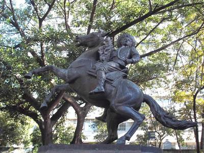 Estatua ecuestre original de Vuelvan caras, de Andrés Pérez Mujica. Foto en Wikihistoria del Arte Venezolano_Vereda ULA