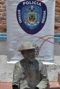 Lo que quedó de la escultura de don Tulio, robada en 2017 en el paseo de la Lectura, en Mérida - Venezuela. Foto cortesía Alcaldía de Mérida.