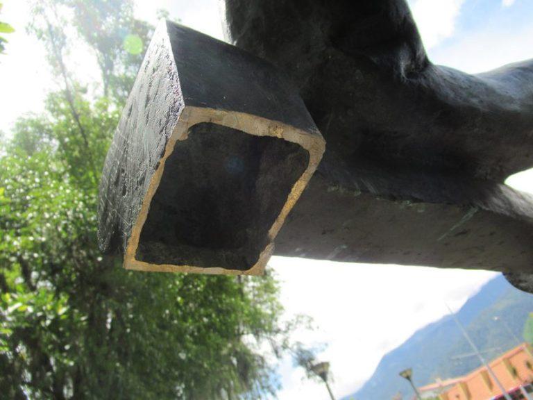Parte posterior del apoyabrazo lateral izquierdo del monumento a Andrés Bello. Foto Samuel Hurtado, mayo 2018.