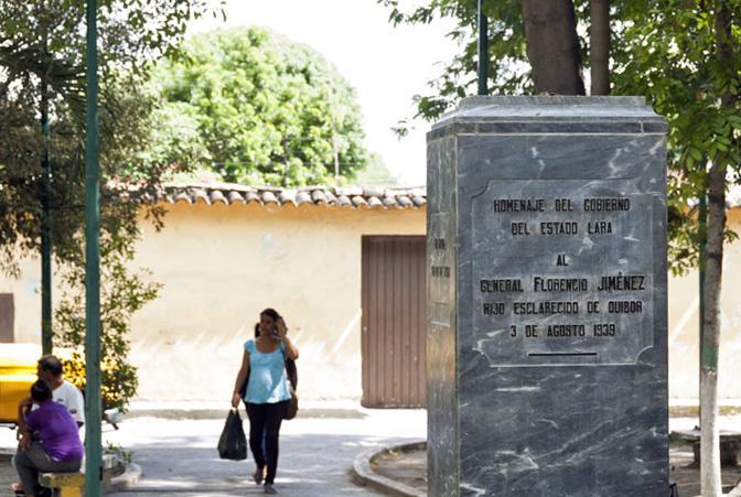 Placa conmemorativa en el pedestal sin el busto del prócer José Florencio Jiménez, Quíbor, estado Lara. Foto El Impulso, 29 de agosto de 2017.