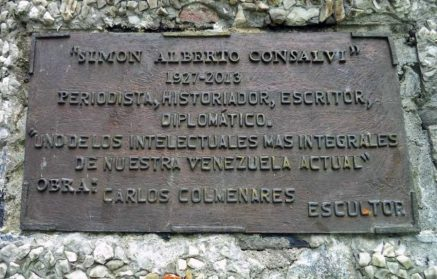 Solo quedó la placa adosada en el pedestal del monumento a Simón Alberto Consalvi. Foto: Samuel Hurtado Camargo, 21 de junio de 2017.