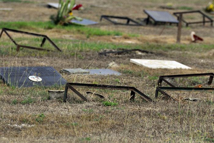 Tumbas sin sus lápidas en el Parque Cementerio Metropolitano del Este, en Barquisimeto. Foto Daniel Arrieta, El Impulso, enero 2018.