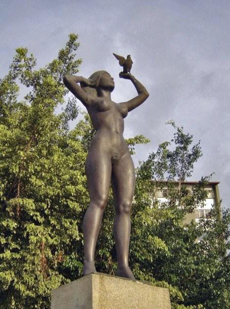 Cara frontal y lateral derecho de la estatua de América. Foto Samuel Hurtado Camargo, septiembre 2006.