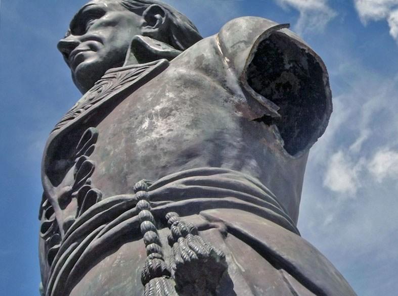 Traficantes de bronce mutilan la estatua pedestre de Francisco de Miranda, en su plaza homónima de Maracaibo. Foto José López / Noticiaaldía.com.