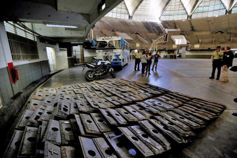 La policía del municipio Sucre decomisó cientos de placas robadas del Cementerio del Este, de Caracas, en julio de 2017. Un año después, la diputada Nora Bracho hablaba de 6000 placas hurtadas del camposanto. Foto Nathalie Sayago.