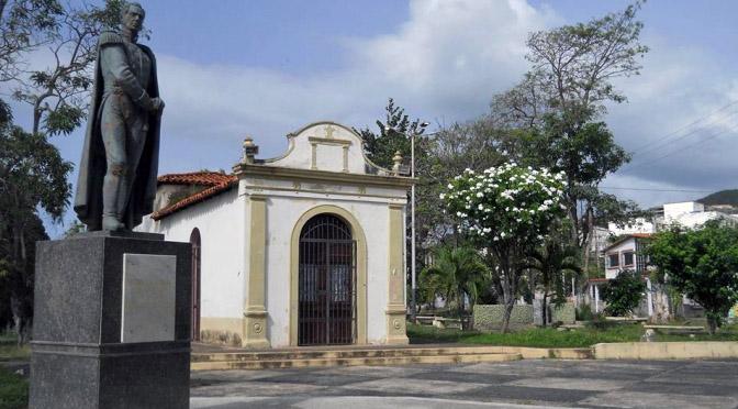 A la estatua de Sucre en Carúpano le robaron su espada. Foto Otilio Rodríguez en el blog Carupanízate.