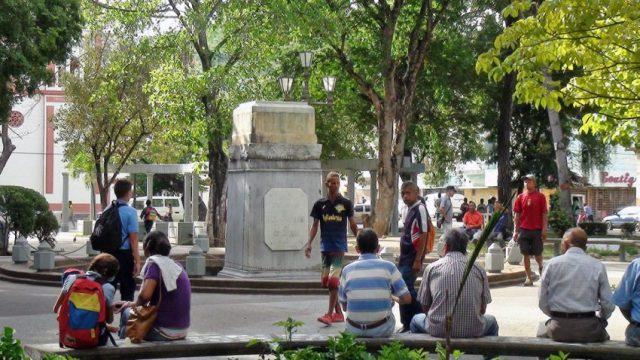 El pedestal solitario en la centenaria plaza central de Carúpano, estado Sucre-Venezuela. Foto Javier Vivas Santana, TW @jvivassantana.