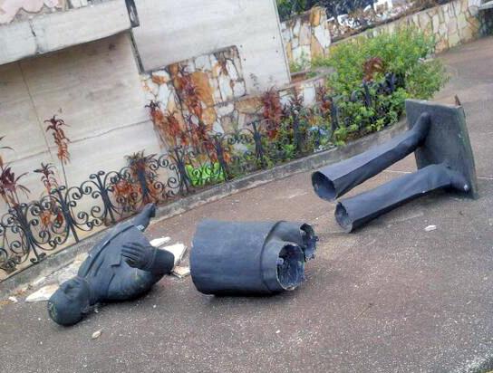 Tras ser destruida, roban la estatua. Los ladrones aprovecharon la inacción de las autoridades. San Cristóbal, Táchira. Foto Martín Sánchez en Twitter, 2014.