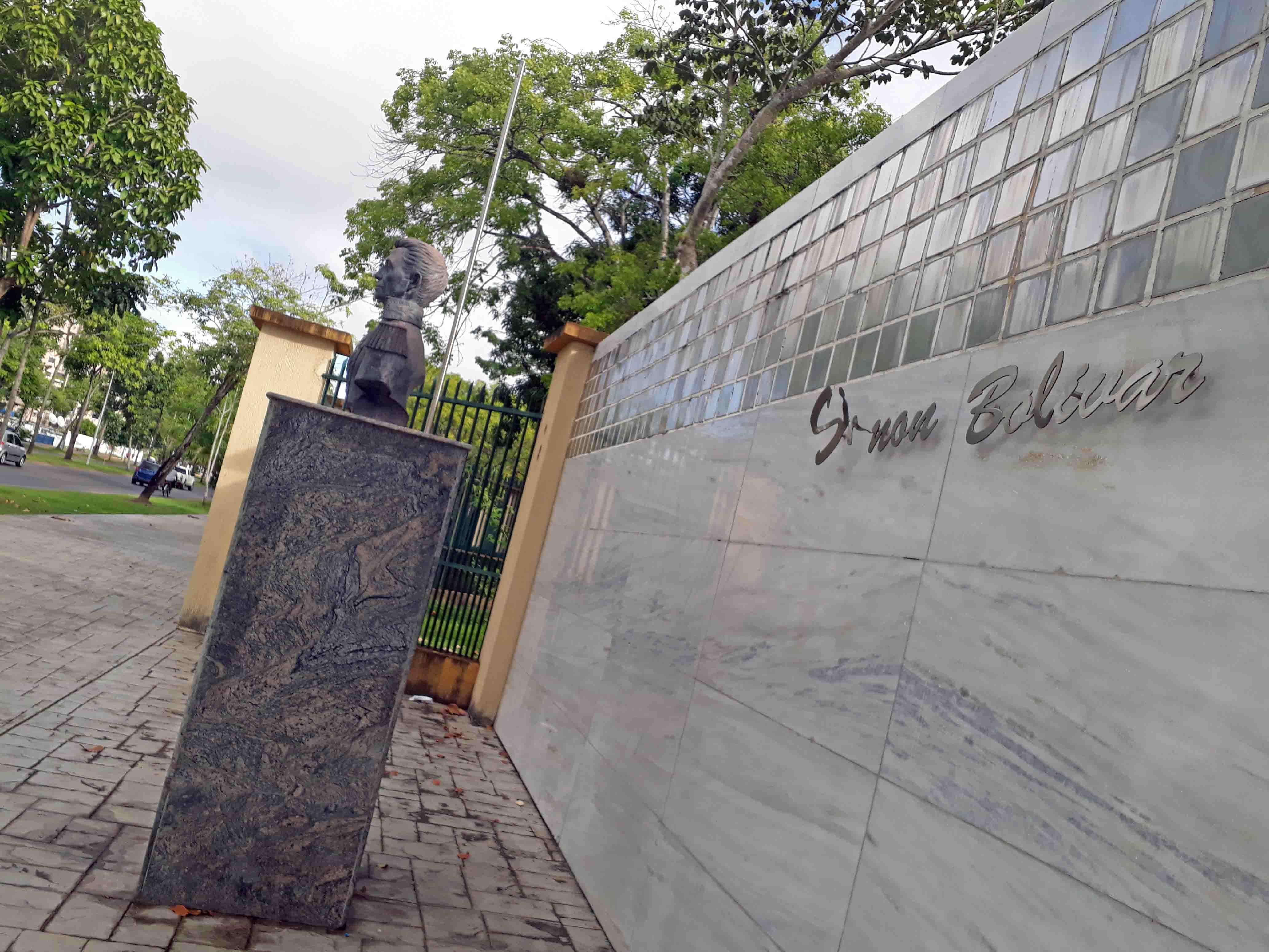 La única pieza intacta en el Paseo de Los Próceres, Maturín, es la de El Libertador, pero en 2015 se denunció que no era de bronce sino de yeso. Foto Jesymar Añez,  noviembre 2018.