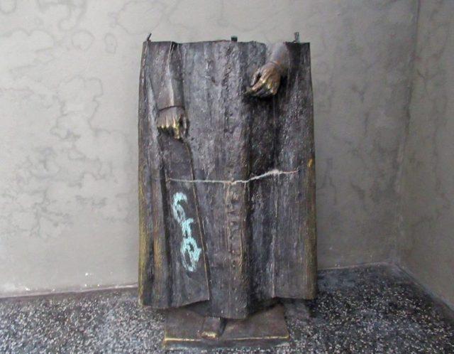 """La estatua de Acacio Chacón Guerra fue cortada en dos y """"arrinconada"""" en la entrada del despacho parroquial de Sagrario. Mérida, Venezuela. Foto Samuel Hurtado Camargo / Archivo IAM Venezuela, marzo 2 de 2018."""