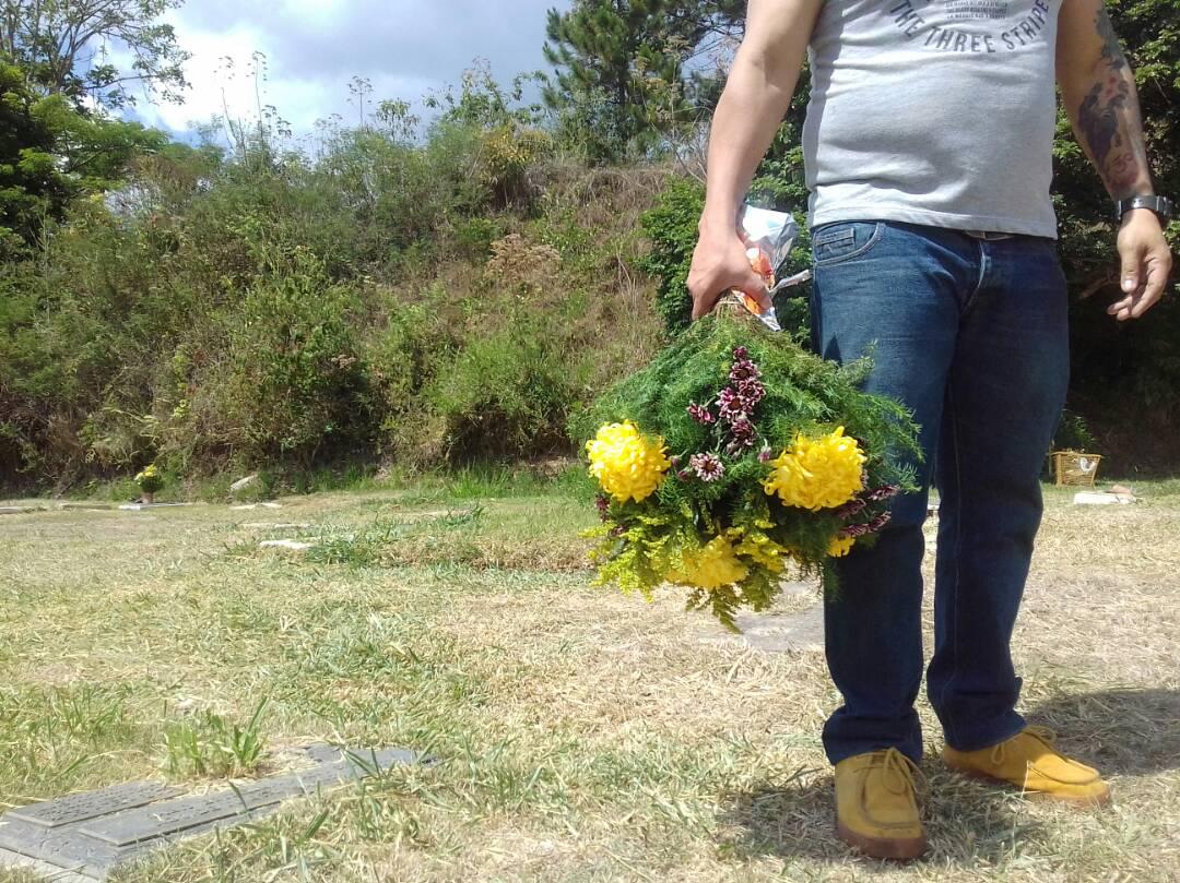 Los azotados deudos del Cementerio del Este han optado por llevarse sus lápidas, práctica cuestionada por Cememosa. Foto Juliett Pineda Sleinan / Efecto Cocuyo, mayo 2018