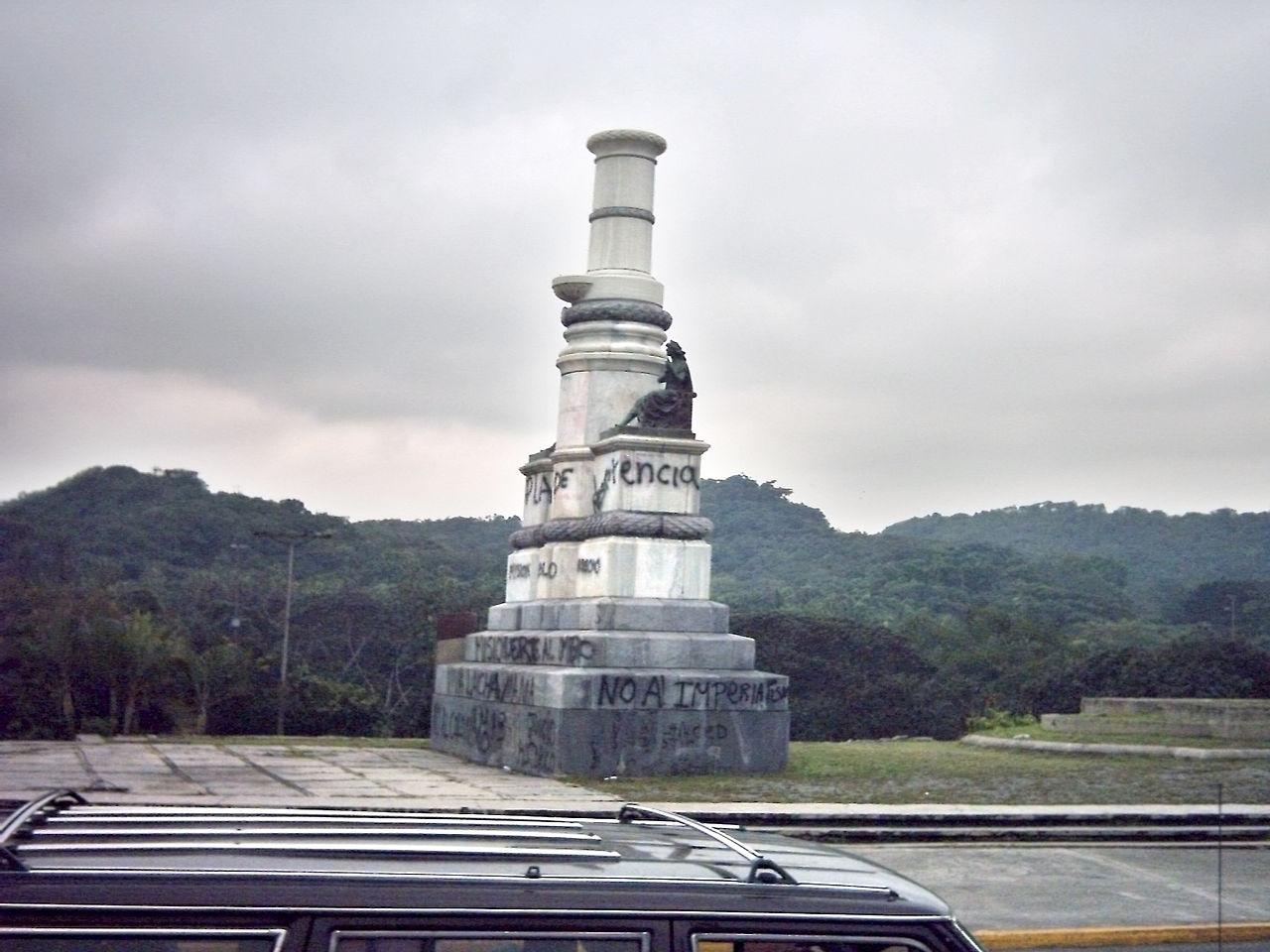 Monumento a Colón en el Golfo triste, sin la estatua centenaria del maestro Rafael de la Cova. Foto Oscar / Wikipedia. Dominio público.