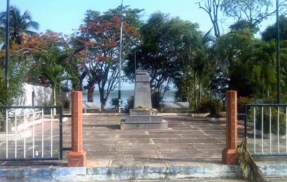 Pedestal sin el busto de El Libertador en el muelle de Cariaco, Sucre. Foto en Twitter @PaulElguezabal, junio de 2018.