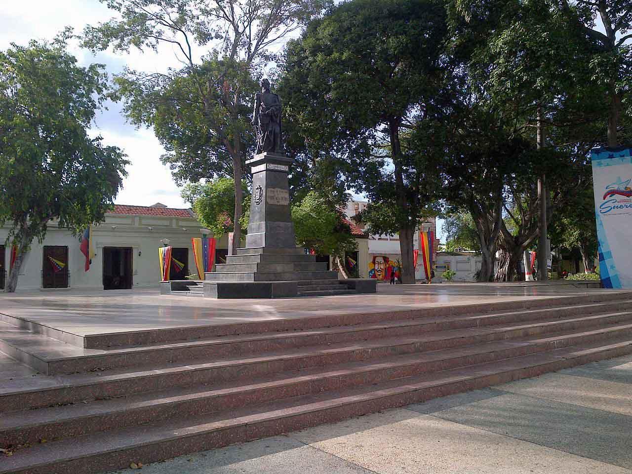 Plaza Bolívar de Cumaná, estado Sucre-Venezuela. Foto Nixón / Wikimedia Commons, 2013.
