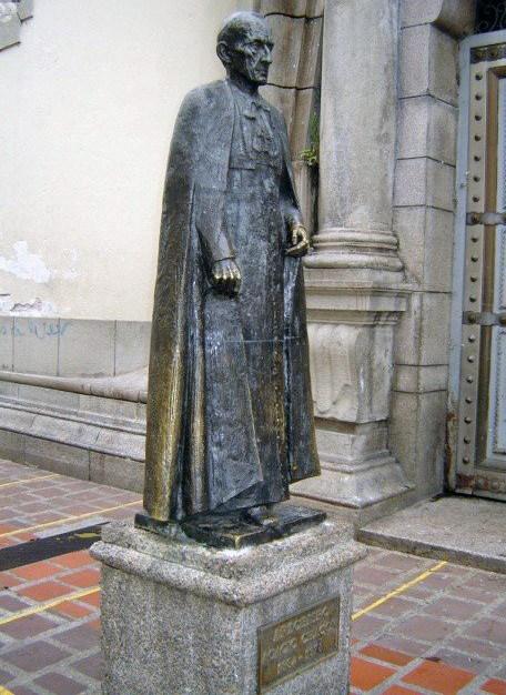 Vista frontal y lateral de la estatua de Acacio Chacón Guerra, Mérida. Foto Samuel Hurtado Camargo, noviembre 6 de 2005.