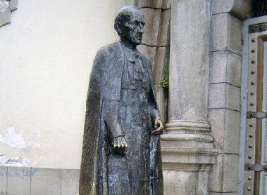 Estatua del arzobispo Acacio Chacón Guerra