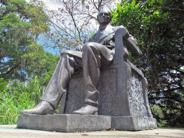 Monumento a Andrés Bello antes de ser vandalizado. Foto Samuel Hurtado Camargo, octubre 8 de 2006.