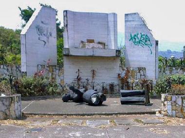 Restos de la estatua de Isaias Medina Angarita, San Cristobal. Foto Luigino Bracci Roa, Twitter.