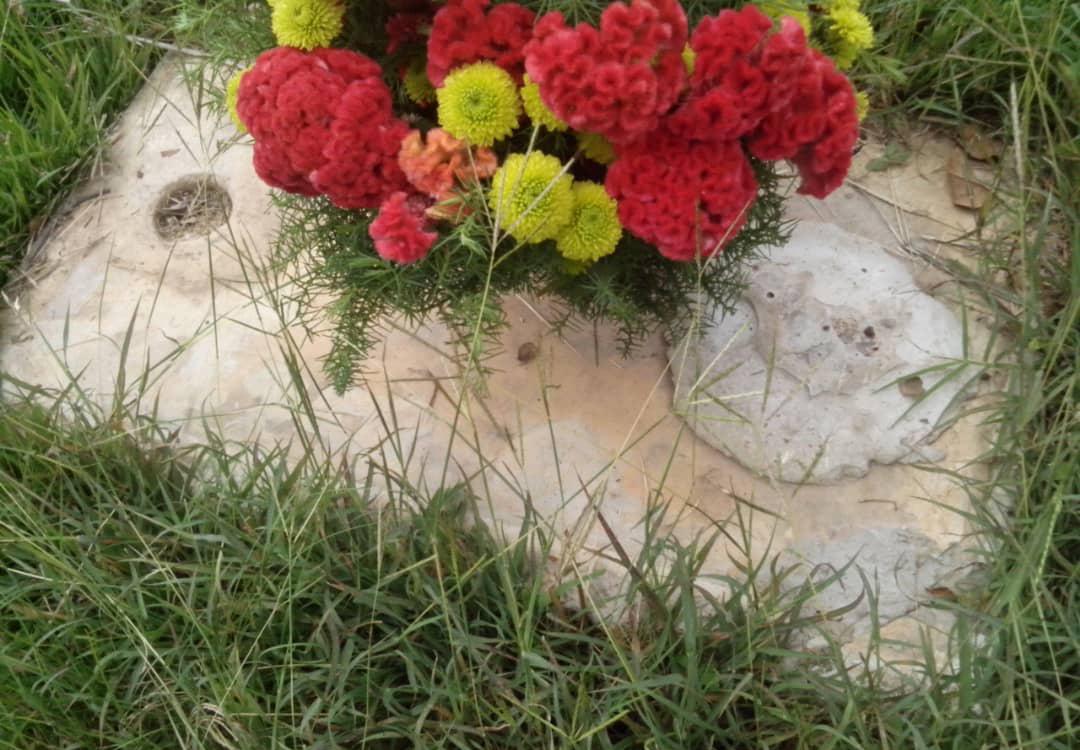 Lápida robada del Cementerio del Este, La Guairita. Caracas - Venezuela. Foto cortesía @Delestecementer