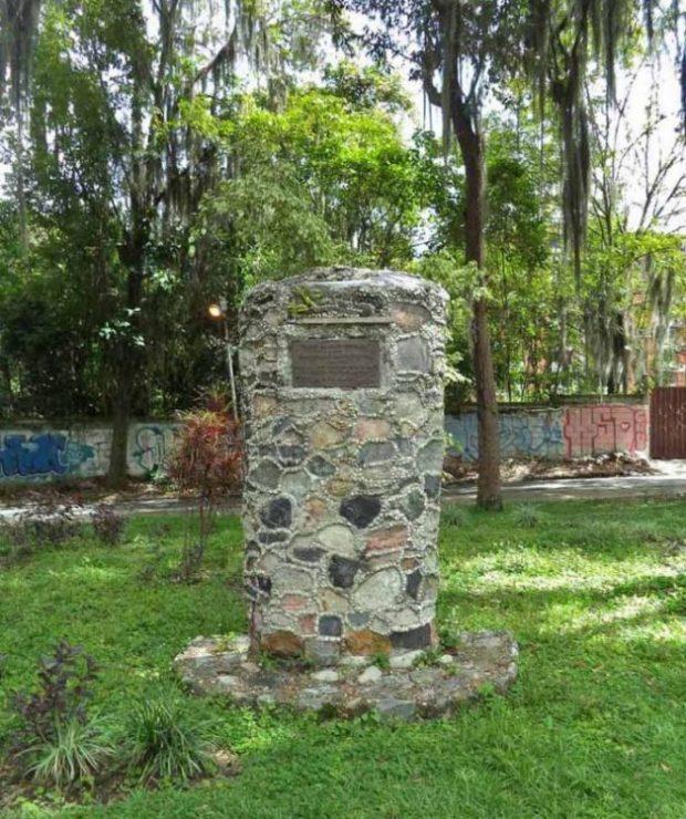 Pedestal que sostenía el busto de Simón Alberto Consalvi. También víctima del pillaje en el parque Humberto Ruiz Fonseca de Mérida. Foto Samuel Hurtado, 21 de junio de 2017.