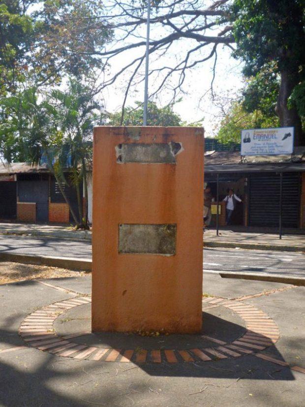 Pedestal sin el busto de Antonio Nicolás Briceño, robado en Barinas en diciembre de 2018, pese a las denuncias previas de IAM Venezuela. Foto Marinela Araque, 2019.