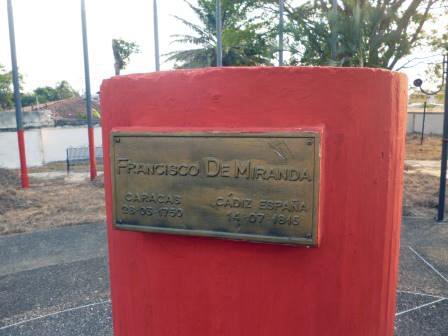 La placa de bronce corre el riesgo de desaparecer del pedestal del monumento a Miranda, en Barinas. Foto Marinela Araque, marzo 2019.