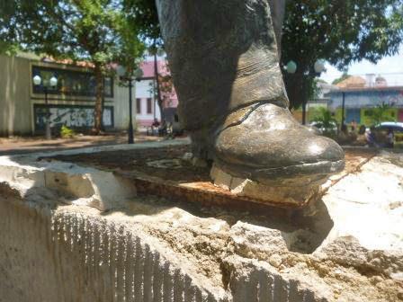 Intentos de hurtar la estatua de Alberto Arvelo Torrealba, en Barinas. Foto Marinela Araque, abril 2019 / Archivo IAM Venezuela.