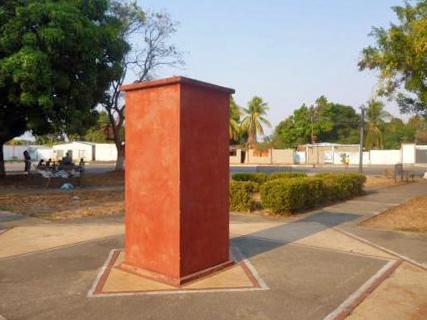 Pedestal donde estaba el busto de Negro Primero, en su plazoleta de Barinas. Foto Marinela Araque, abril 2019.