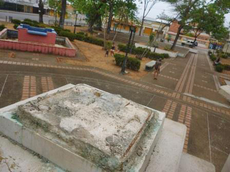 Huella del busto de bronce de Ezequiel Zamora. Barinas, Venezuela. Foto Marinela Araque, marzo 2019 / Archivo IAM Venezuela.